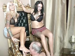 Zwei Teen Dominas bei Fuss Fetisch Session mit 2 Sklaven